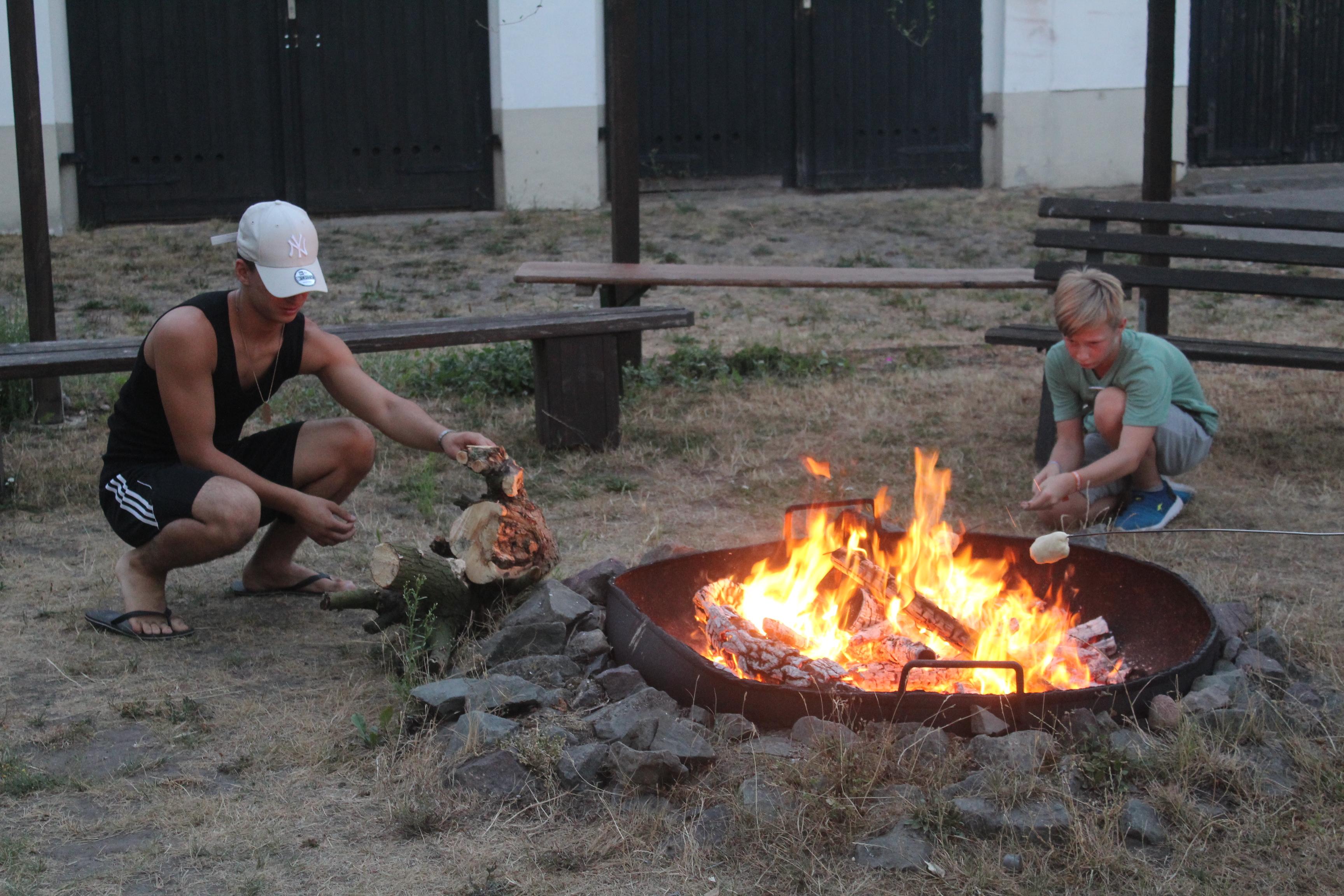Der Tag endet mit Stockbrot und Feuer.