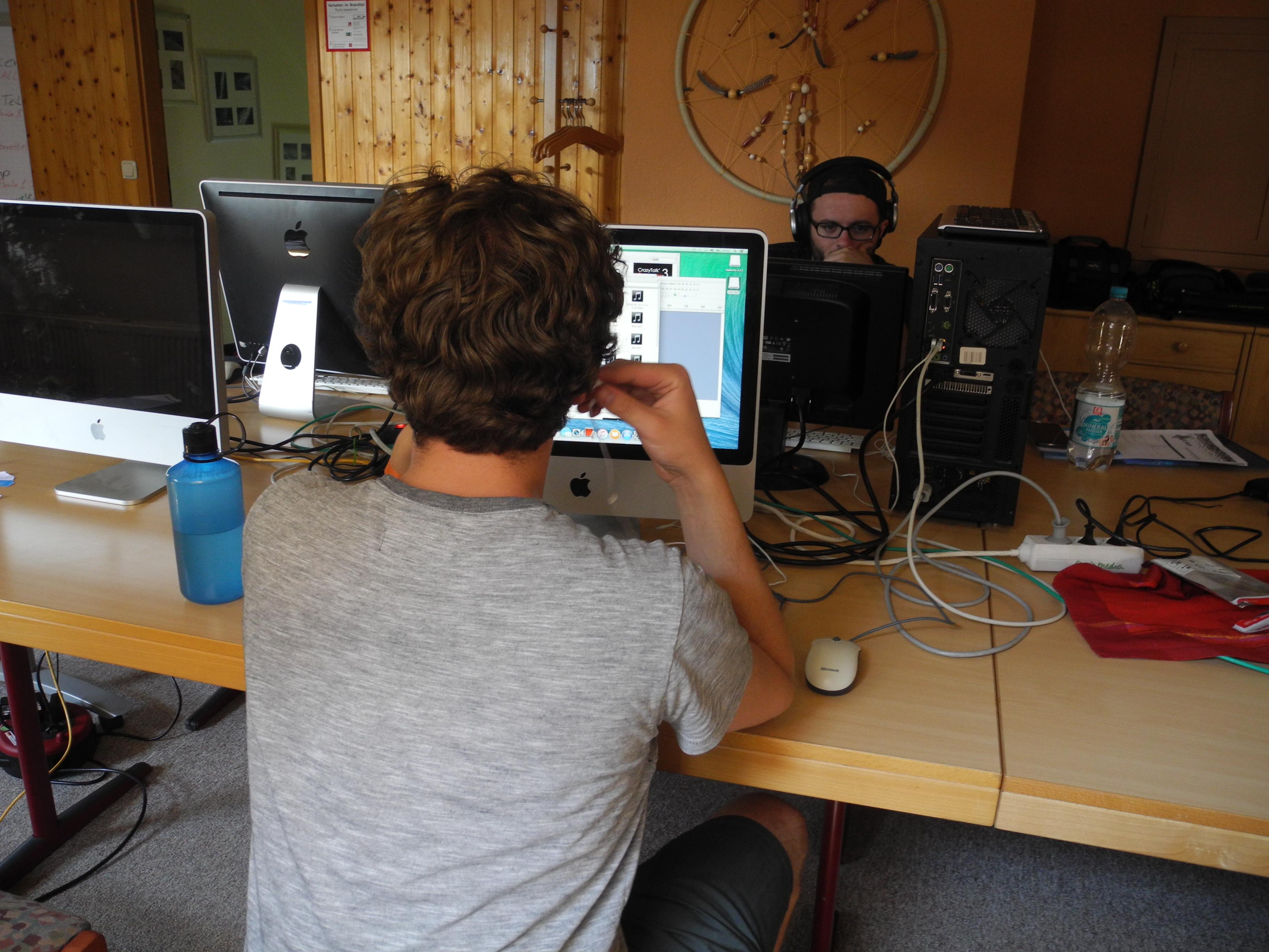 Bis in die späten Abendstunden arbeitet die Redaktion an den Artikeln.
