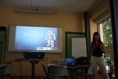 """Beim Robotik-Workshop halten die jungen Frauen von """"Zukunft FEMININ"""" einen kurzen Vortrag."""